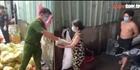 Công an hỗ trợ lương thực cho bà con vùng dịch