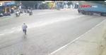 Container phóng nhanh đâm người đi xe đạp