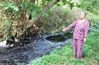 Dân khốn khổ vì dầu điều tràn xuống suối