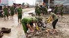 Lực lượng công an giúp dân khắc phục hậu quả mưa bão