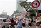 Biển báo giao thông gây khó cho người đi đường