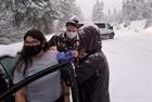 Bất ngờ được tiêm vaccine COVID-19 khi kẹt trong bão tuyết