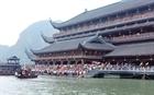 Biển người chen chúc tại chùa Tam Chúc trong mối lo Covid