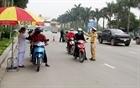 Cảnh sát giao thông chấp hành quy định phòng dịch trong thực thi công vụ