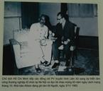 Chủ tịch Hồ Chí Minh tiếp các đồng chí phóng viên truyền hình Liên Xô sang dự triển lãm công thương nghiệp tổ chức tại Hà Nội và đọc lời chào mừng 45 năm ngày cách mạng tháng 10. Nhà báo Alôsin đang ghi âm lời Người, ngày 3/11/1962.